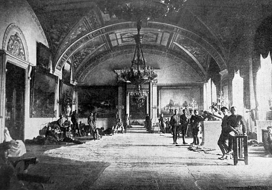 Des partisans du gouvernement provisoire à l'intérieur du Palais d'hiver.