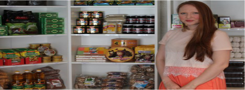 Anastasija Kneževič s proizvodi, ki pomagajo tujcem preživeti sibirsko novo leto.