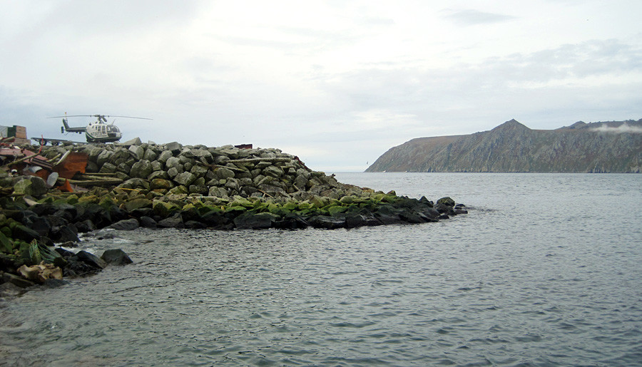 Десно (во заден план) островот Велики Диомед. Лево (во преден план) островот Мали Диомед на Алјаска.