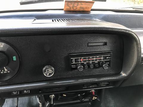 Едноставниот радиоприемник беше фабрички вграден.