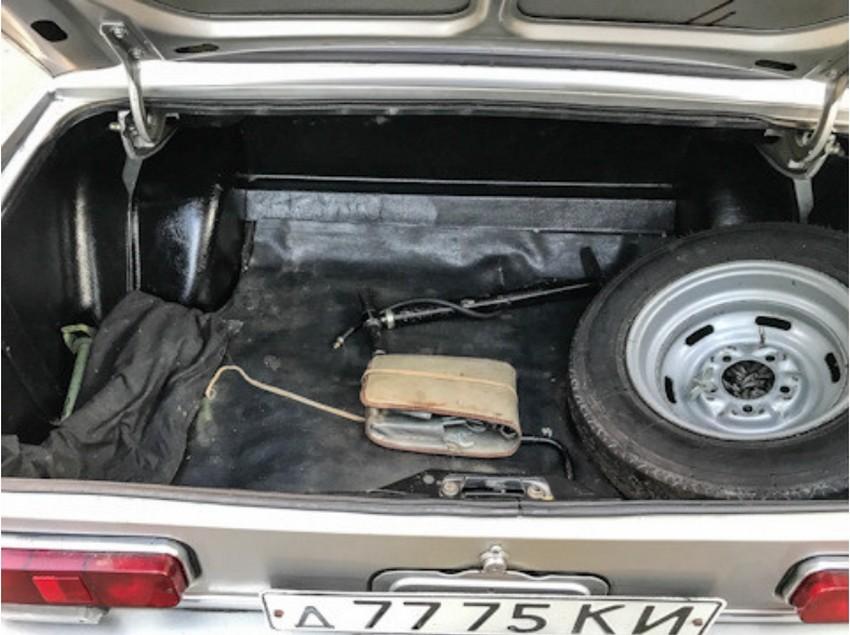 Ohranjena je tudi originalna oprema, ki pripada modelu Moskvič 2140.