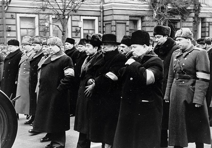 Barisan tengah, dari kiri ke kanan: Nikita Khrushchev dan Lavrentiy Beria bersama pejabat-pejabat lain di proses pemakaman Stalin