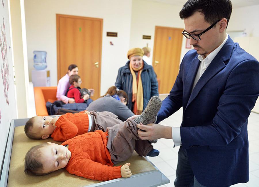 Vaterglück: Mann in der Geburtsstation der Städtischen Klinik Nummer 70 in Moskau