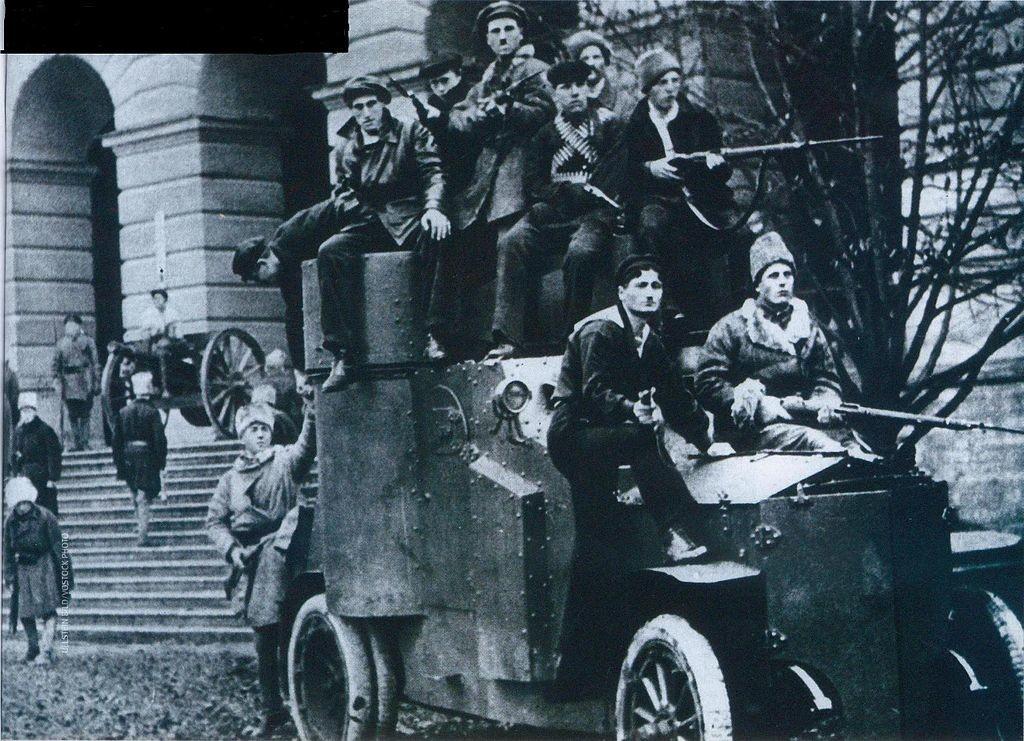 Revolucionarji z oklepnim vozilom.