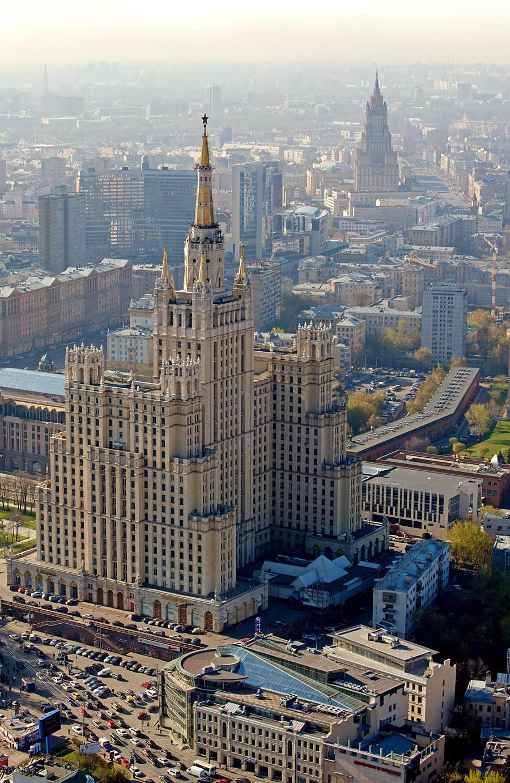 Edificio residencial en la plaza Kúdrinskaia, Moscú.