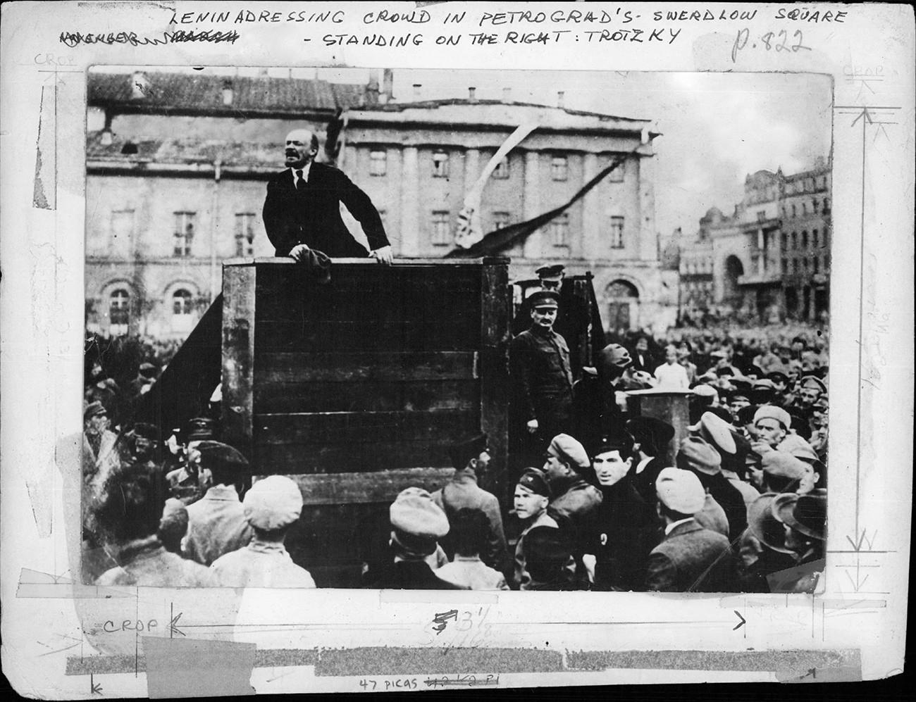 Ленин държи реч пред тъплите в Петроград