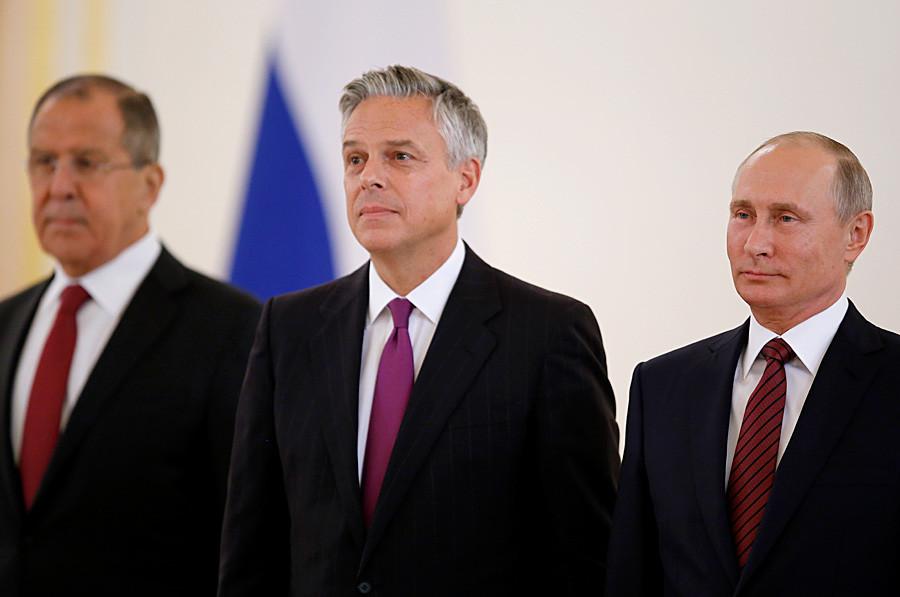 Zunanji minister Lavrov (levo), Jon Huntsman ml. (v sredini) in predsednik Vladimir Putin med slovesnostjo v Kremlju 3. oktobra 2017.