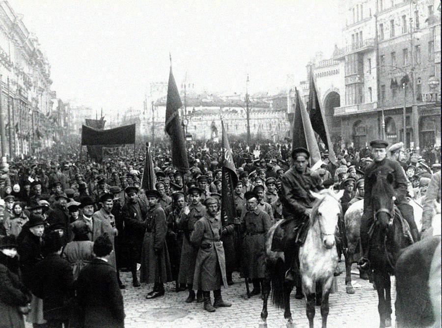 Desfile durante primeiro aniversário da Revolução