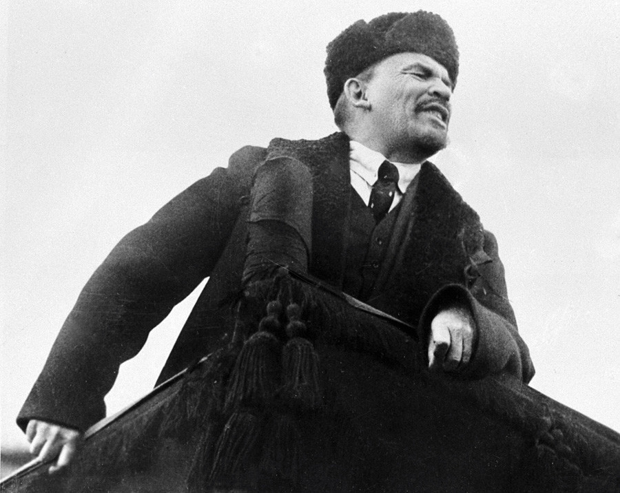 Lênin discursa na Praça Vermelha durante desfile do primeiro aniversário da Revolução