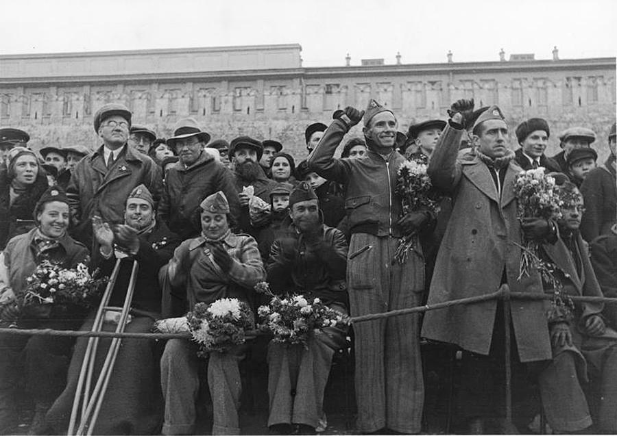 Combatentes republicanos espanhóis recebidos em Moscou em 1937