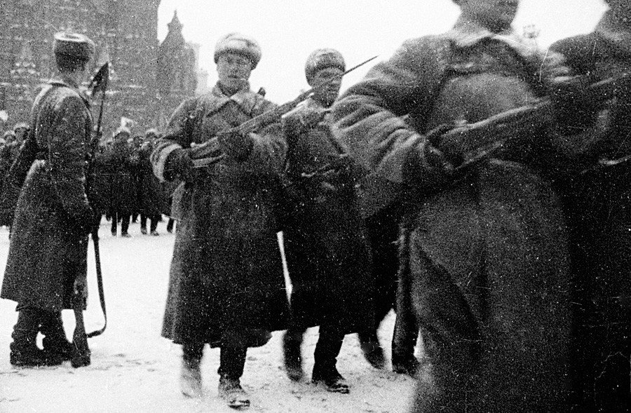 Tropas soviéticas marchando na Praça Vermelha em 1941 antes de seguir para batalha