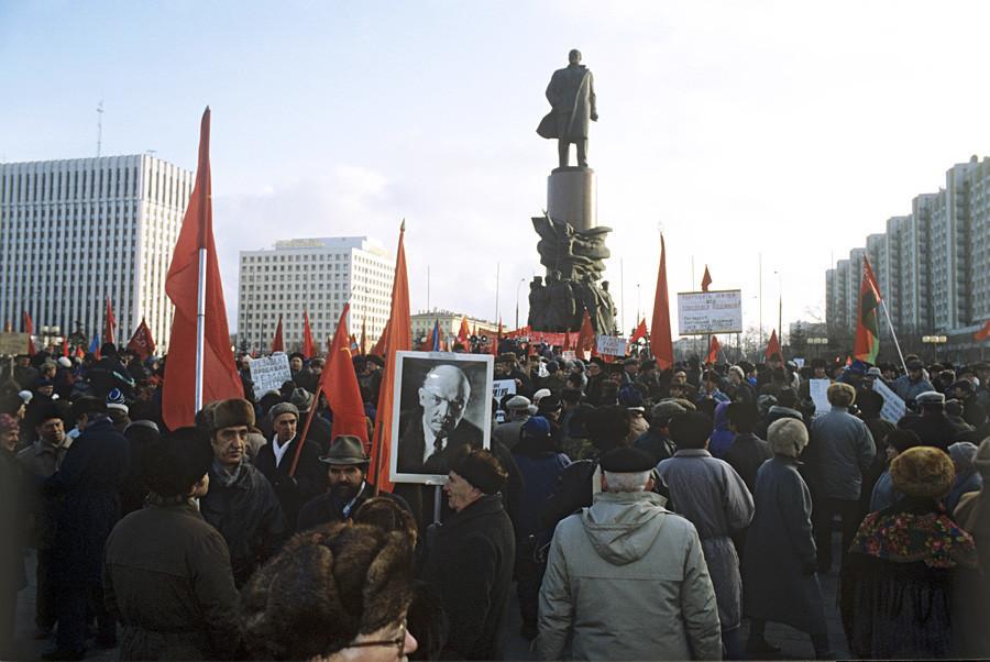 Marcha na Praça Oktyabrskaya, no centro de Moscou, em 1992