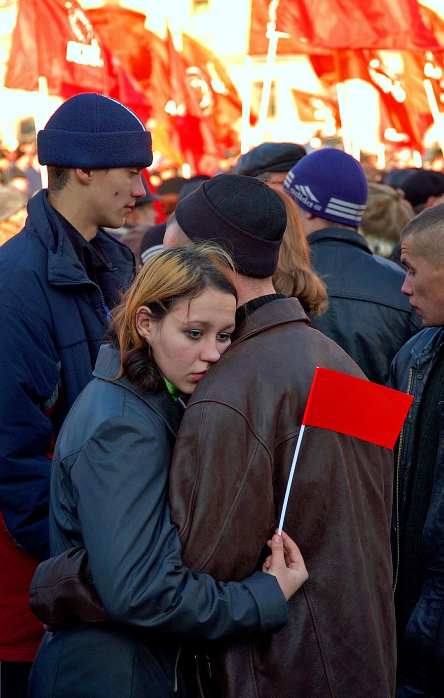 Desfile de apoiantes do Partido Comunista da Rússia no 86º aniversário da Revolução