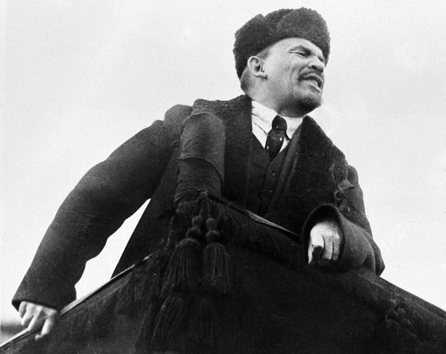Vladímir Lenin en la Plaza Roja durante la celebración del primer aniversario de la Revolución de Octubre.