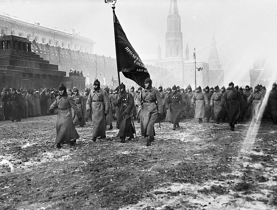 Desfile militar en la Plaza Roja durante la celebración del aniversario de la Revolución de Octubre.