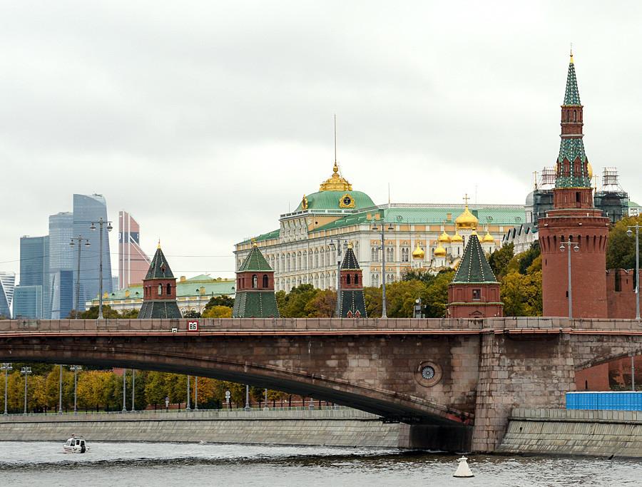 O Grande Palácio do Kremlin visto por trás das torres e muralhas do Kremlin.