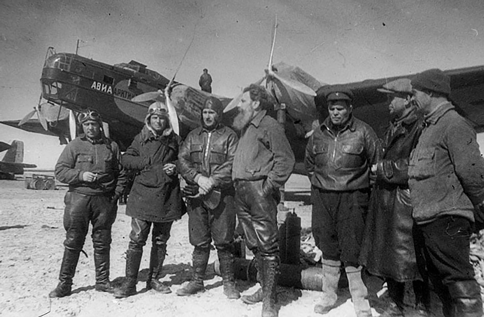 「北極点-1」探索の参加者、ロシア連邦英雄:I・スピーリン、M・シェヴェリョフ、 M・バーブシキン、O. シュミット, M・ヴォドプヤーノフ、A・アレクセエフ、V・モロコフ。