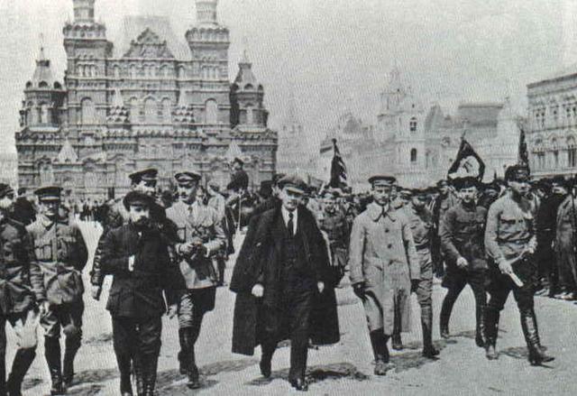 Др Вукашин Марковић са Лењинове десне стране у црном капуту, Црвени трг 1918.