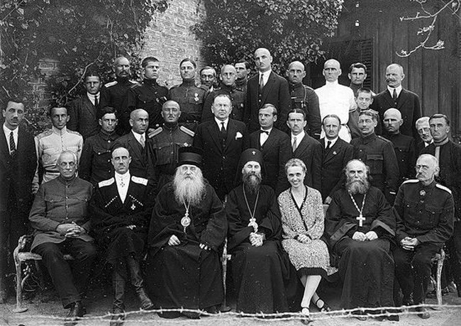 Белогардејска елита у Србији. Барон Врангел седи други с лева, поред њега је митрополит Антоније Храповицки.
