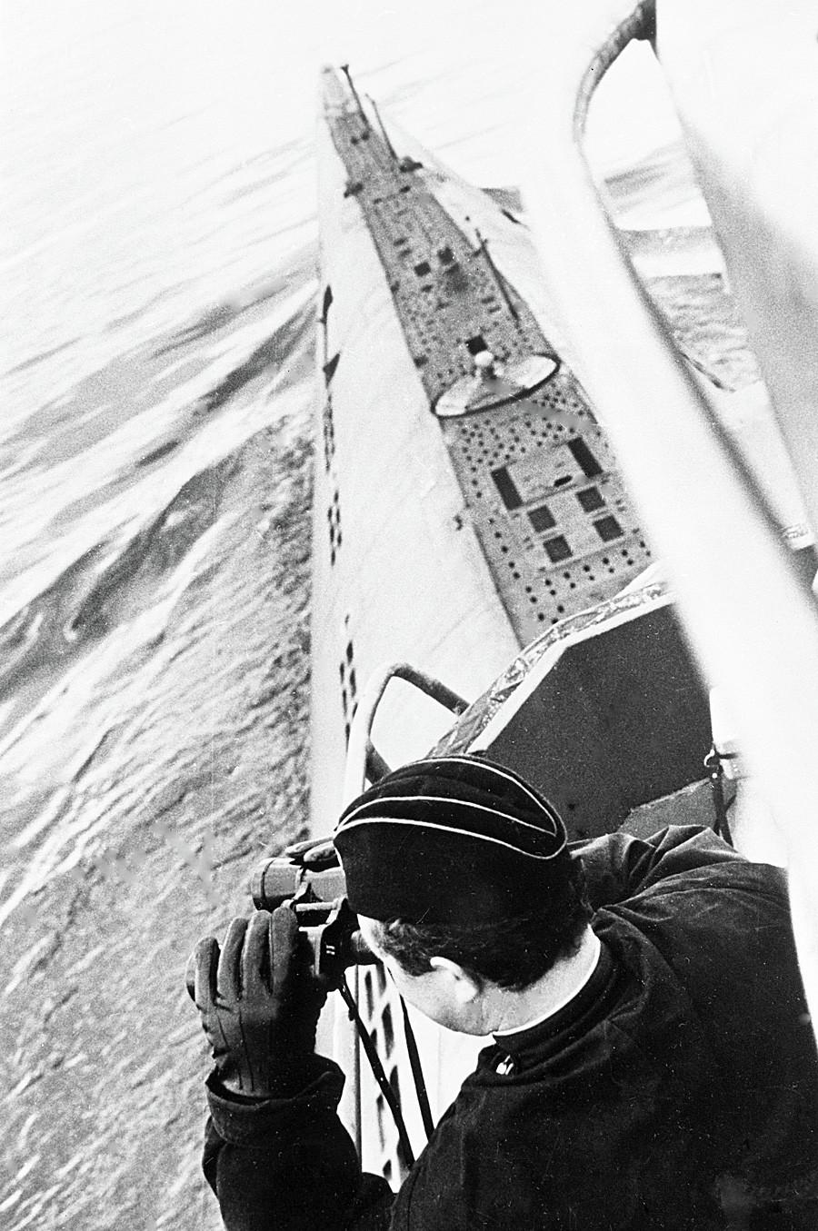Comandante soviético submarino varre o horizonte através de binóculos em 1968