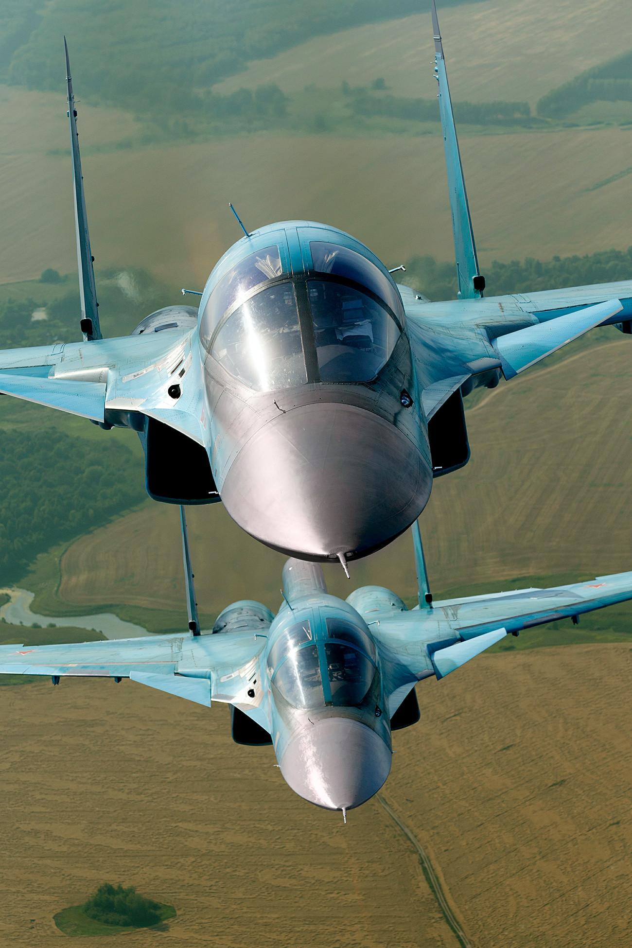 El Su-34 puede volar 7.000 km sin repostar y acercarse a su objetivo, destruyendo todo a su paso.