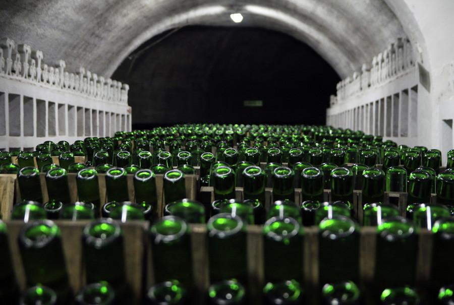 Production professionnelle de vins mousseux dans la petite ville de Novyi Svet.