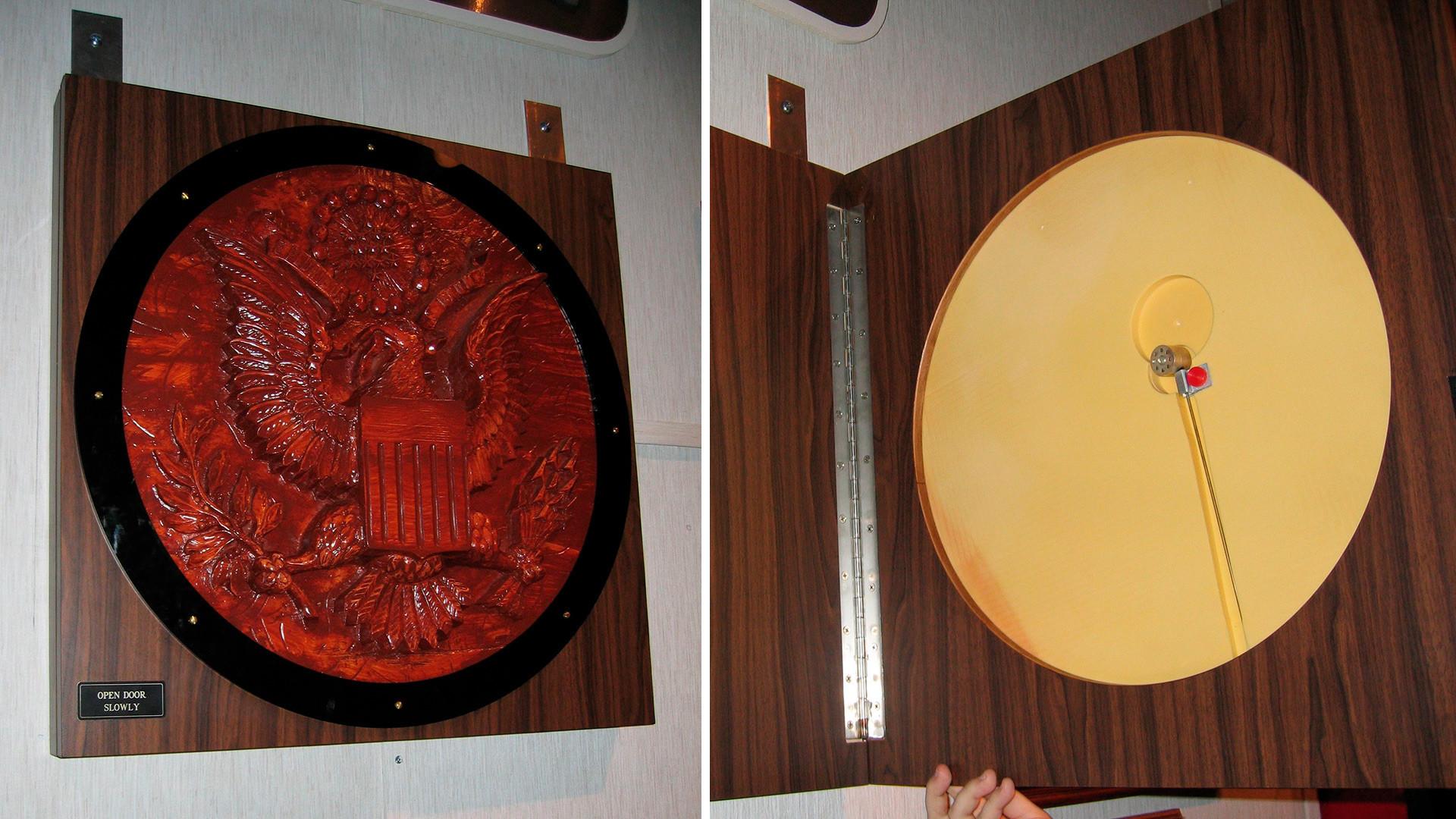 Replika Lambang Negara AS dengan penyadap yang dipamerkan di Museum Persandian Negara.