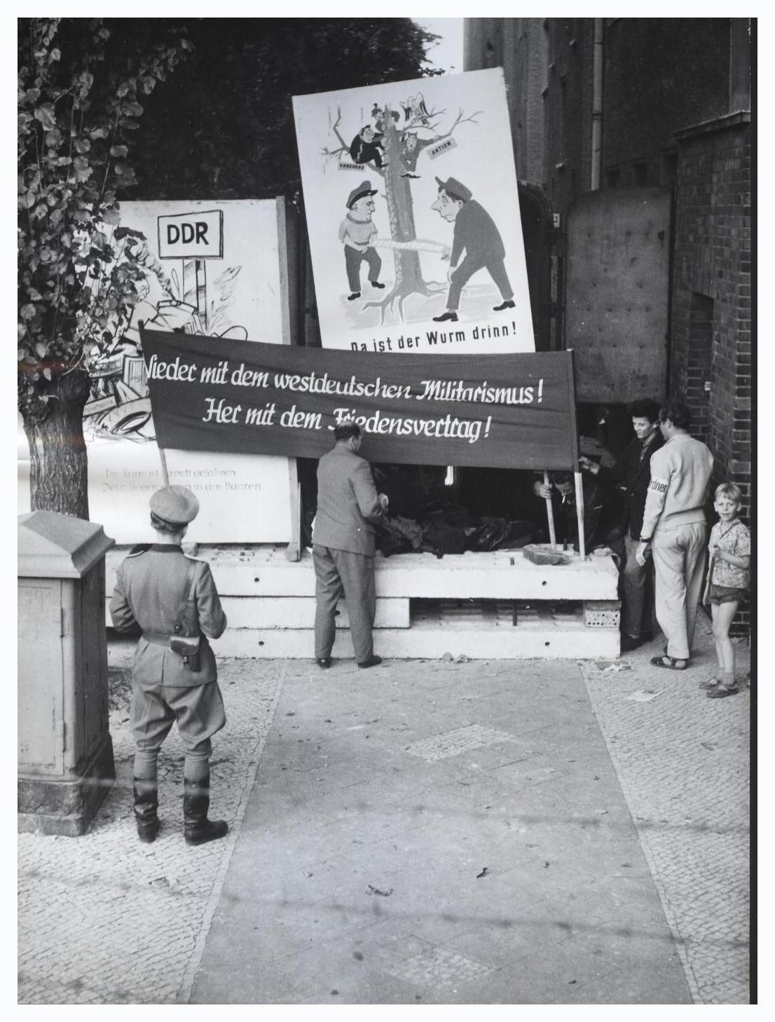 September 1961: Plakat in Ost-Deutschland