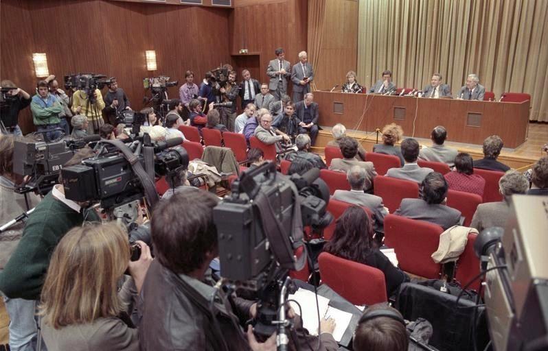Auf einer Pressekonferenz am 9.11.1989 verkündet Günter Schabowski, verfrüht, die Reisefreiheit. Die Bekanntmachung löst einen Ansturm auf die Berliner Grenzposten aus.