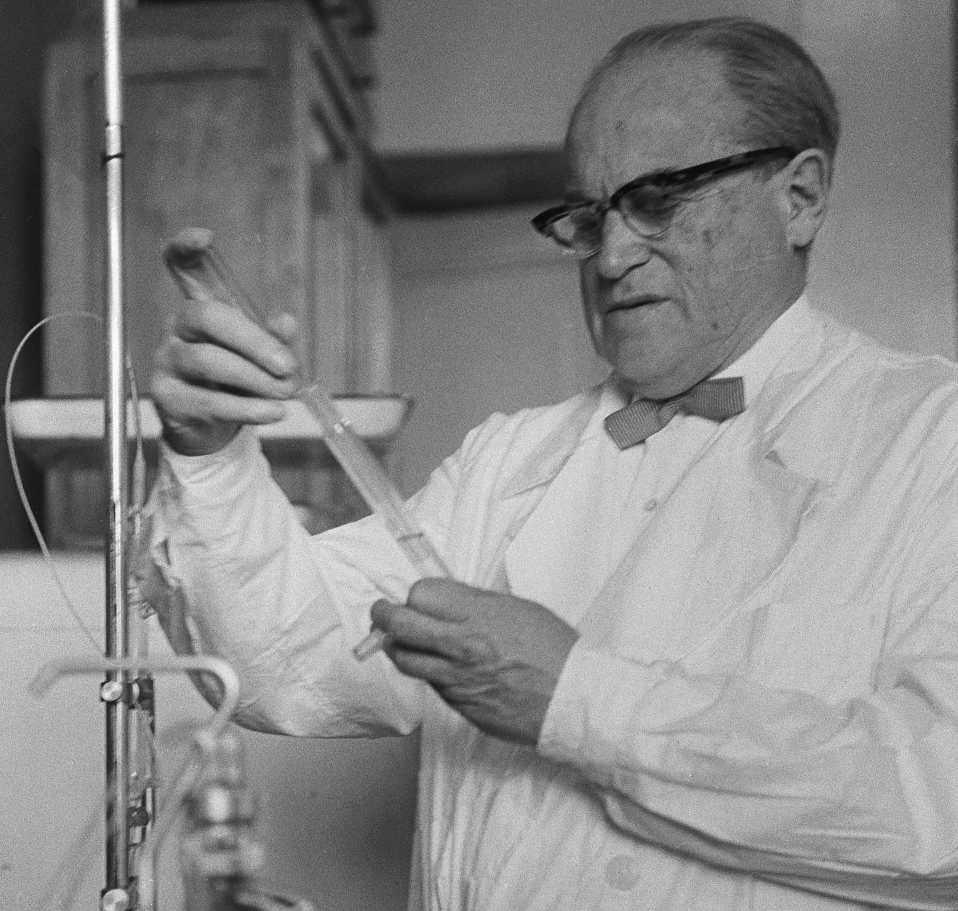 Lev Ziljber v laboratoriju Inštituta za epidemiologijo in mikrobiologijo.