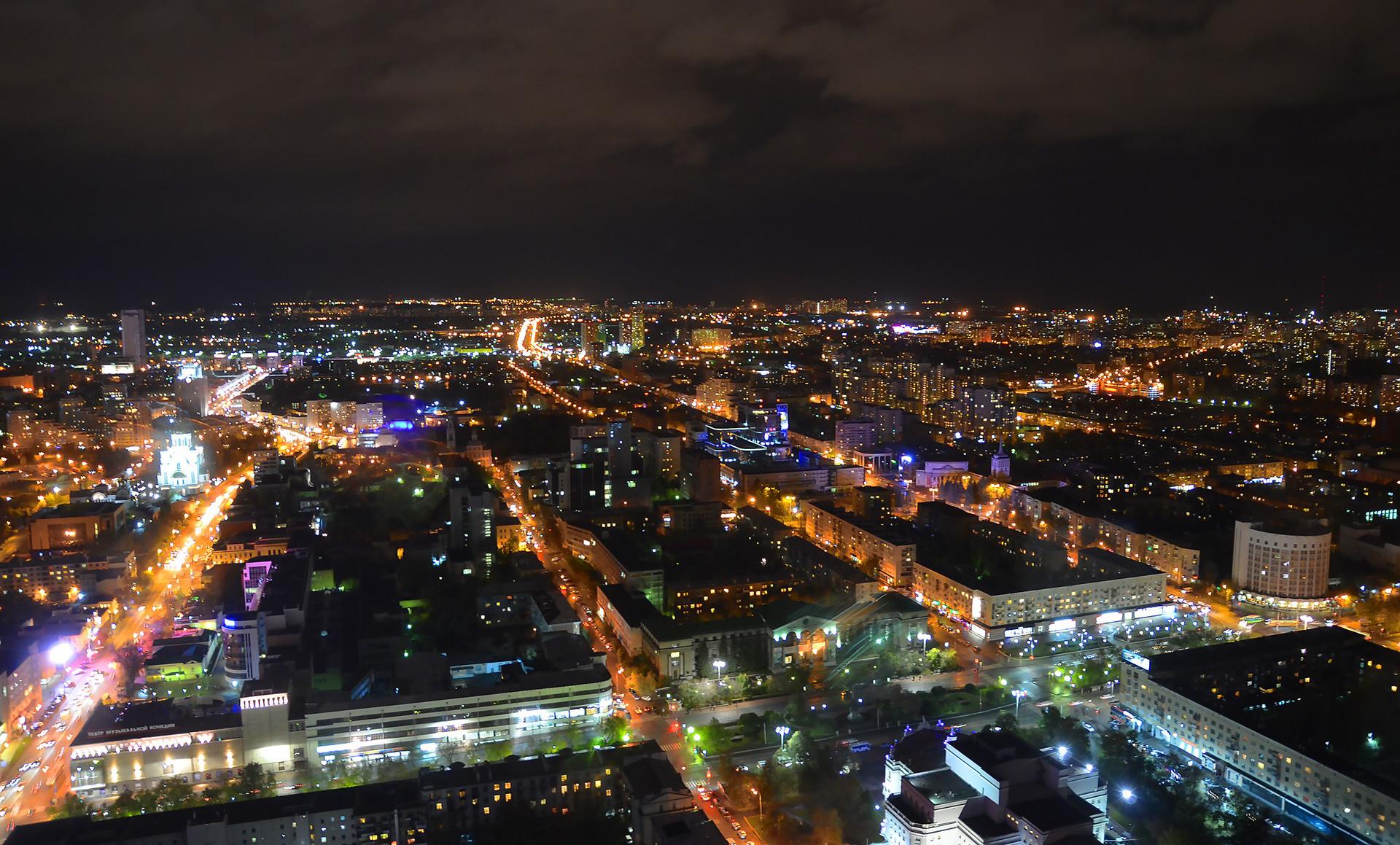Von oben können Sie unsere Tour auch nachts nachvollziehen: Rechts sehen sie das halbrunde Hotel Issetj, dahinter befindet sich das Tschekisten-Städtchen. Der Leninprospekt verläuft direkt vor uns, die Hauptpost allerdings liegt außerhalb dieses Ausschnitts.