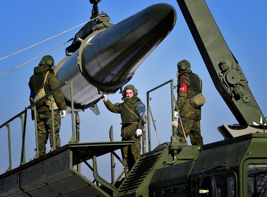 """Постављање квазибалистичке ракете у копнени систем """"Искандер-М"""" на маневрима ракетних и артиљеријских јединица Пете армије Источног војног округа на полигону у Усуријску."""