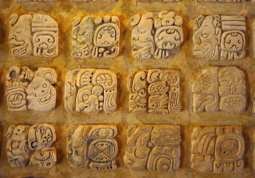Glifos maia no Museu Arqueológico de Palenque, no México