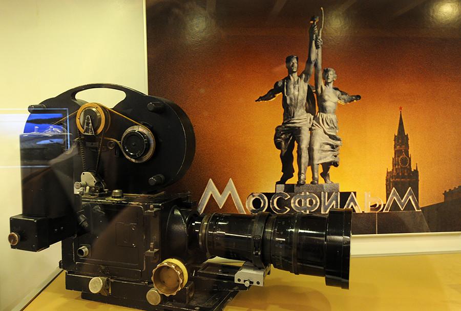 Todo filme soviético produzido pela Mosfilm é introduzido por um logotipo  que representa esta escultura.