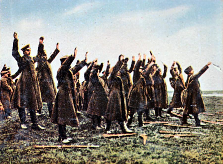 Kapitulacija ruskih vojakov v prvi svetovni vojni. Sodobna barvna nemška propagandna fotografija.