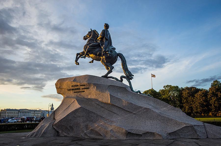 Estatua de Pedro el Grande en San Petersburgo al atardecer.