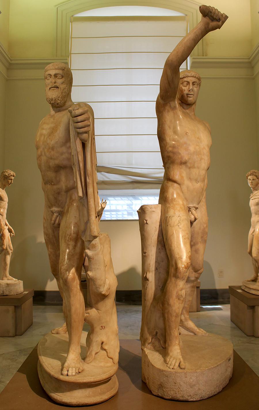 労働者とコルホーズの女性像の建築家は、古代ギリシャのハルモディオスとアリストゲイトンの彫刻のペアからインスピレーションを受けた。