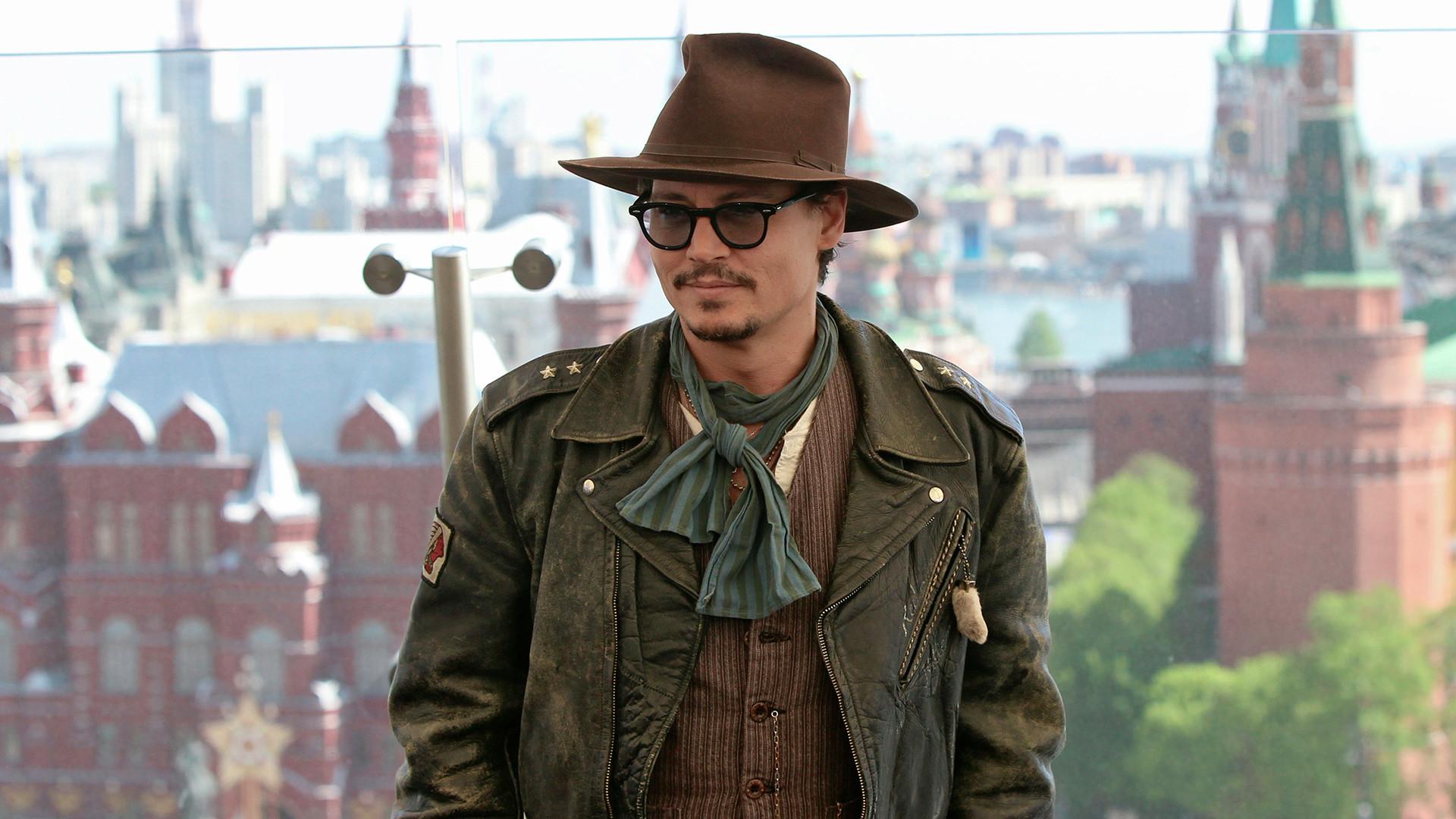 Американският актьор Джони Деп позира за снимка за медиите в хотел Ritz Carlton в Москва на промоцията на филма