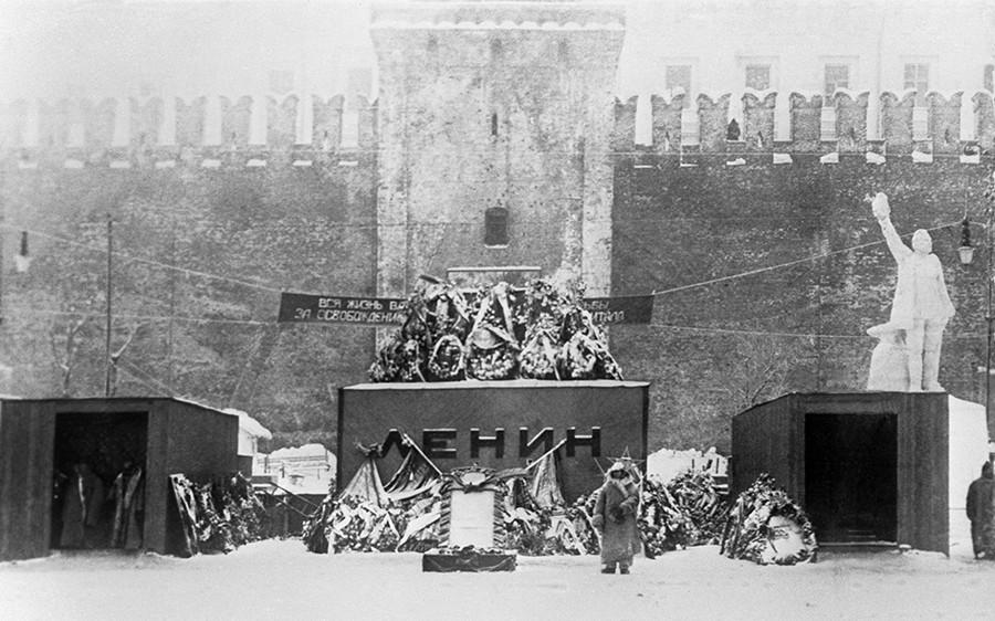 Lenins erstes Mausoleum war noch aus Holz, 1924