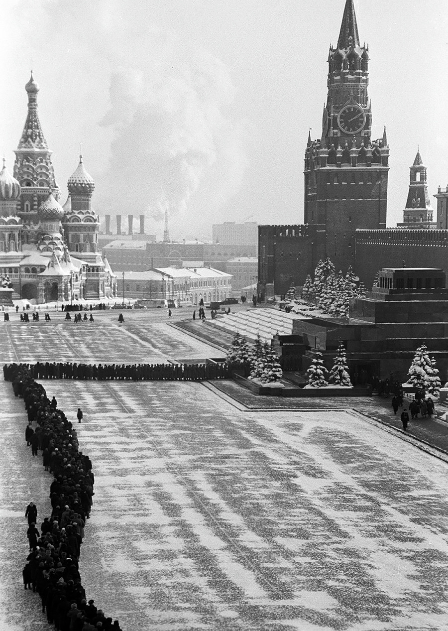 Gente in coda per visitare il mausoleo durante il periodo sovietico