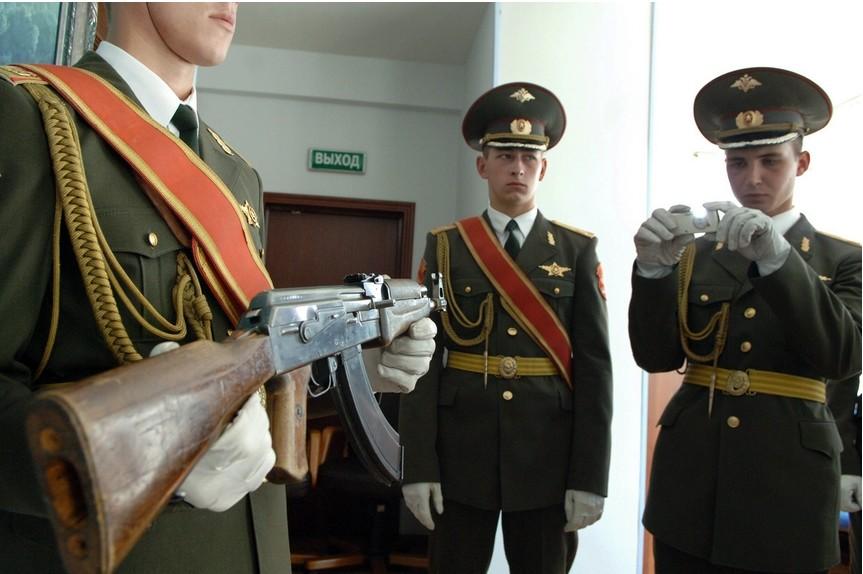Prvi model AK-47, predstavljen na konferenci, posvečeni 60-letnici tega sovjetskega orožja v korporaciji Rosoboroneksport.