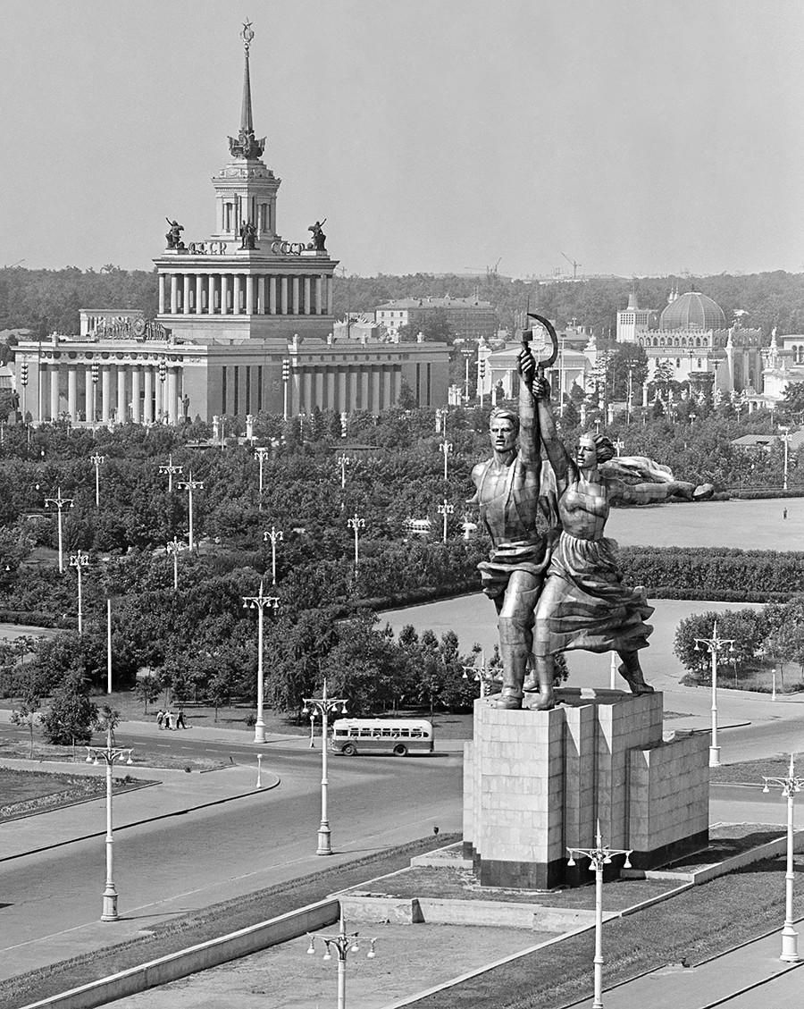 """Поглед на споменик """"Радник и колхозница"""" (спреда) из авеније Мира 1959. године. Аутор Вера Мухина била је изузетно незадовољна изгледом споменика на овом месту."""
