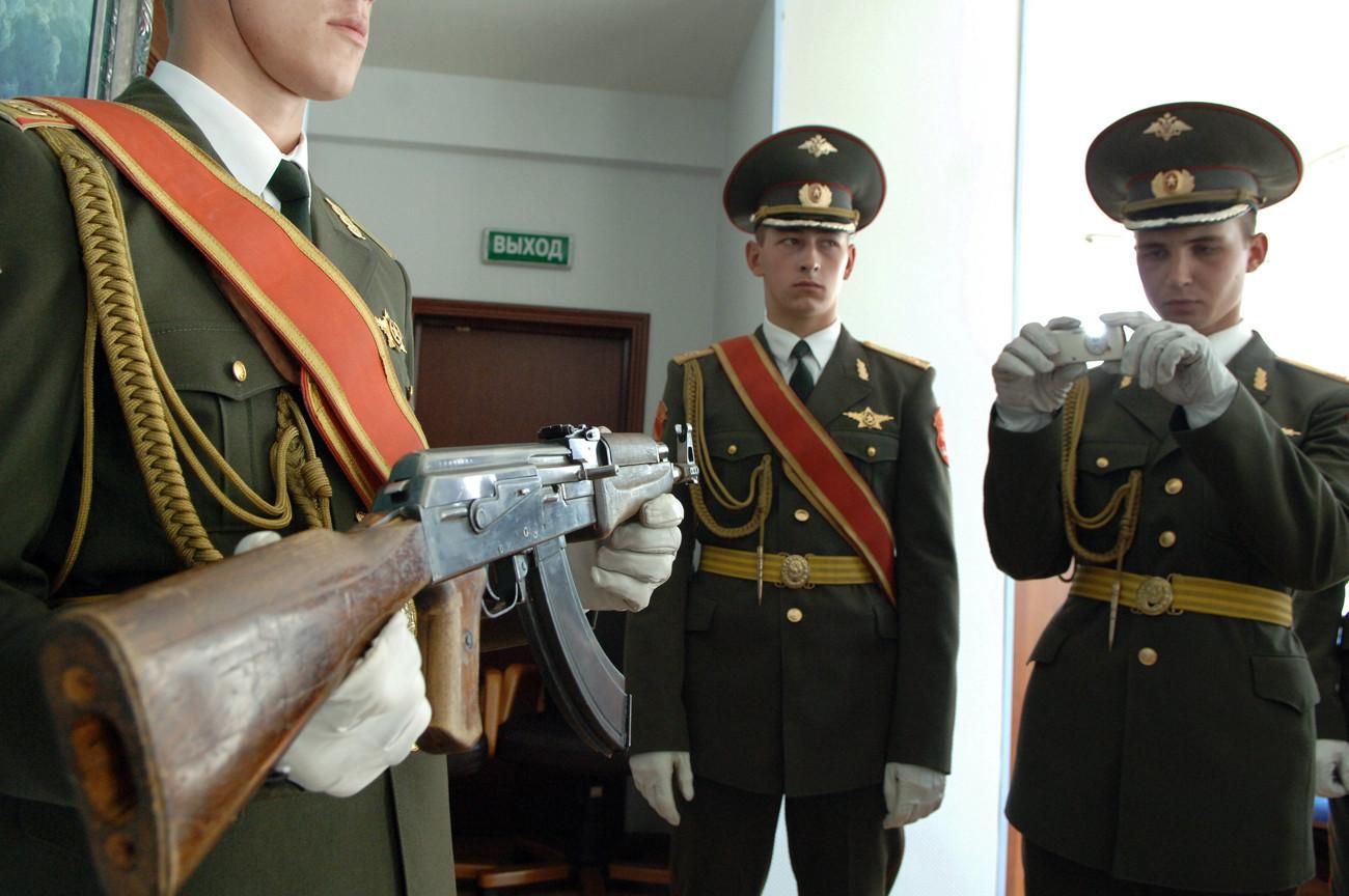 """Првиот модел на АК-47 претставен на конференцијата посветена на 60-годишнината од ова советско оружје во корпорацијата """"Рособоронекспорт""""."""