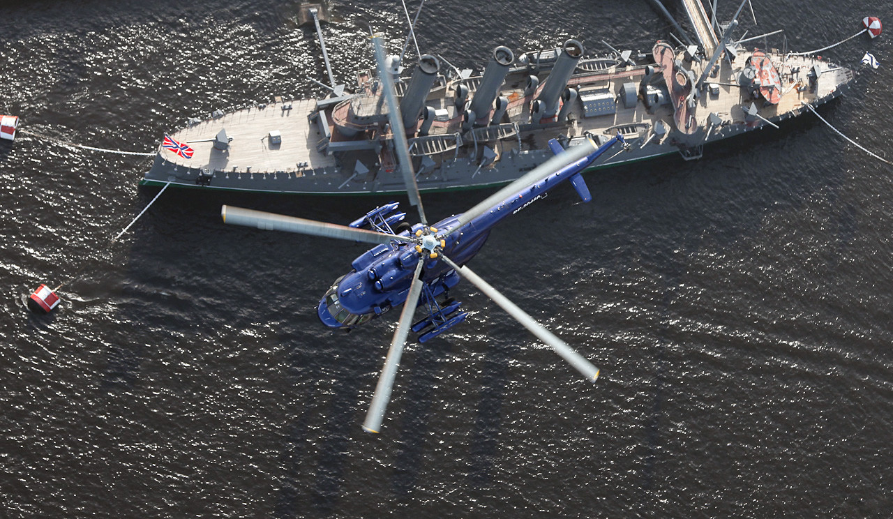 Helikopter Mil Мi-8 iznad krstarice Aurora.
