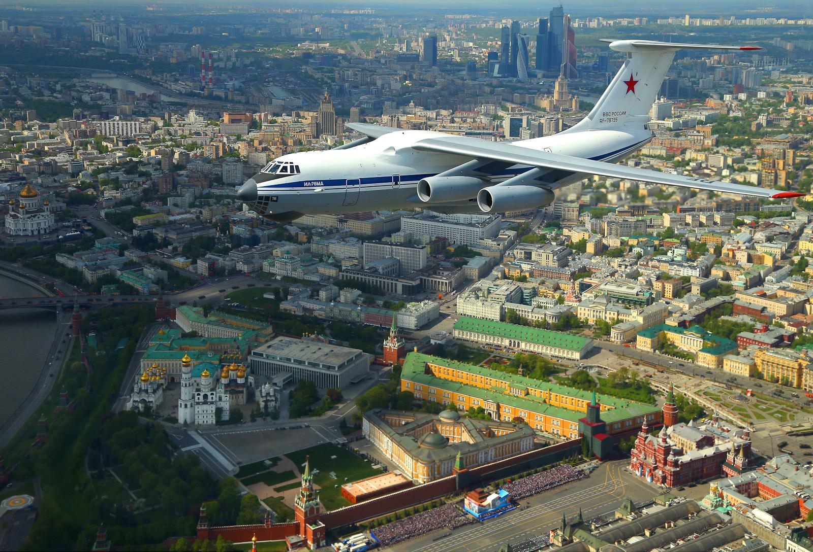 Ilyushin Il-76, pesawat angkut dengan empat mesin turbofan, mengudara di atas Kremlin.