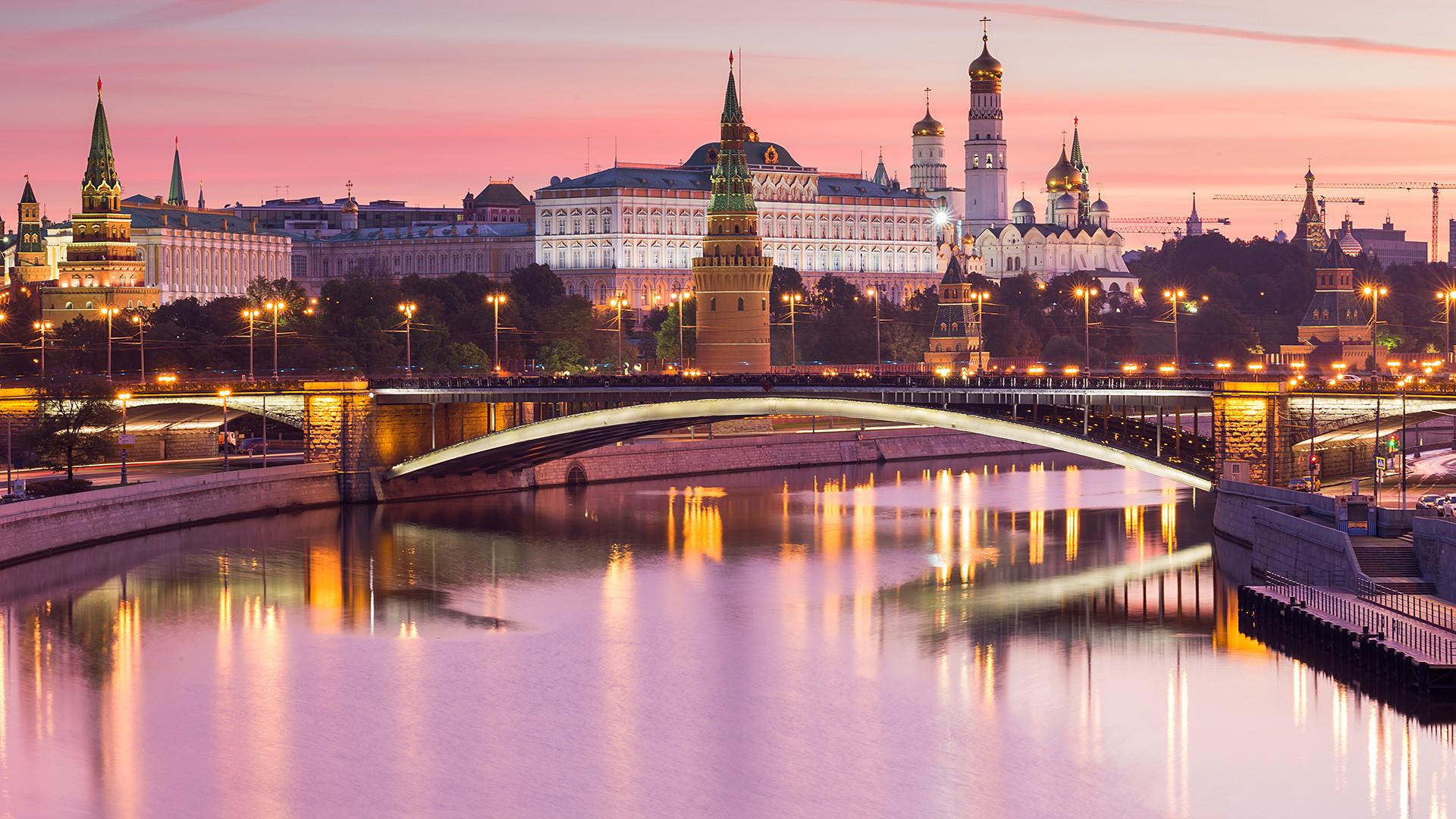 Tembok Kremlin Moskow baru menggunakan warna merah pada tahun 1947.