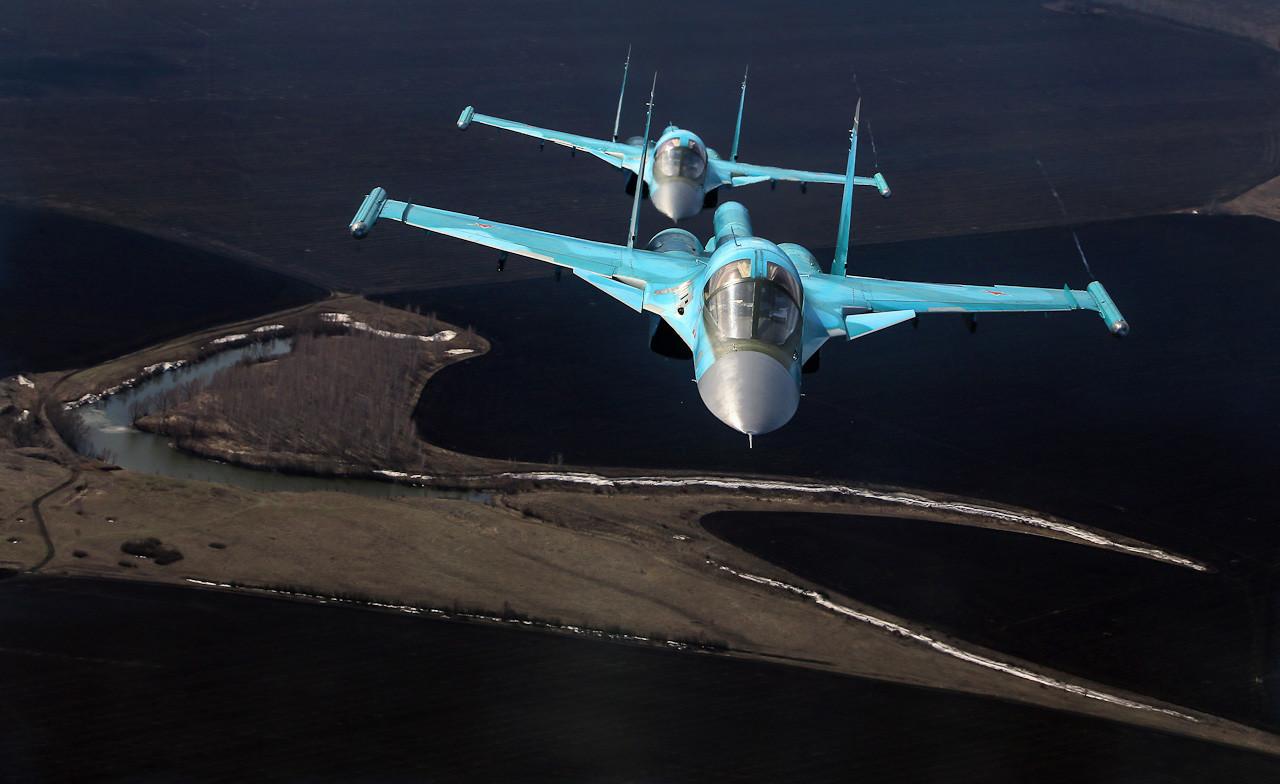 Su-34s voando sobre áreas agrícolas na região de Voronej