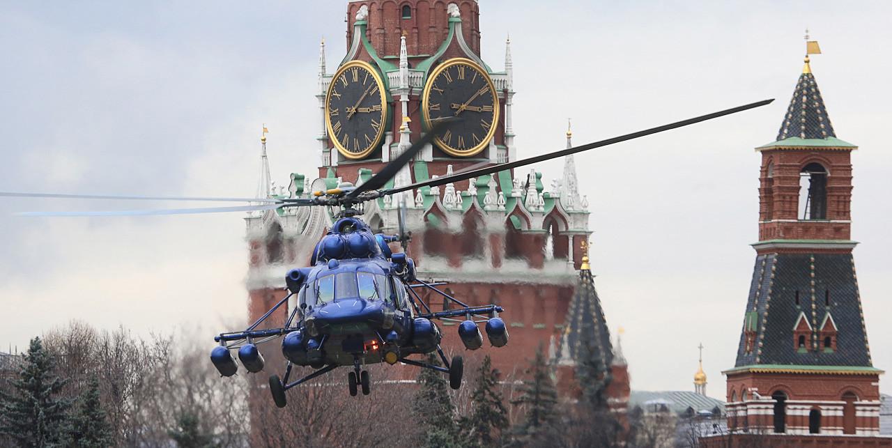Helicóptero Mil Мi-8 sobrevoando o Kremlin de Moscou