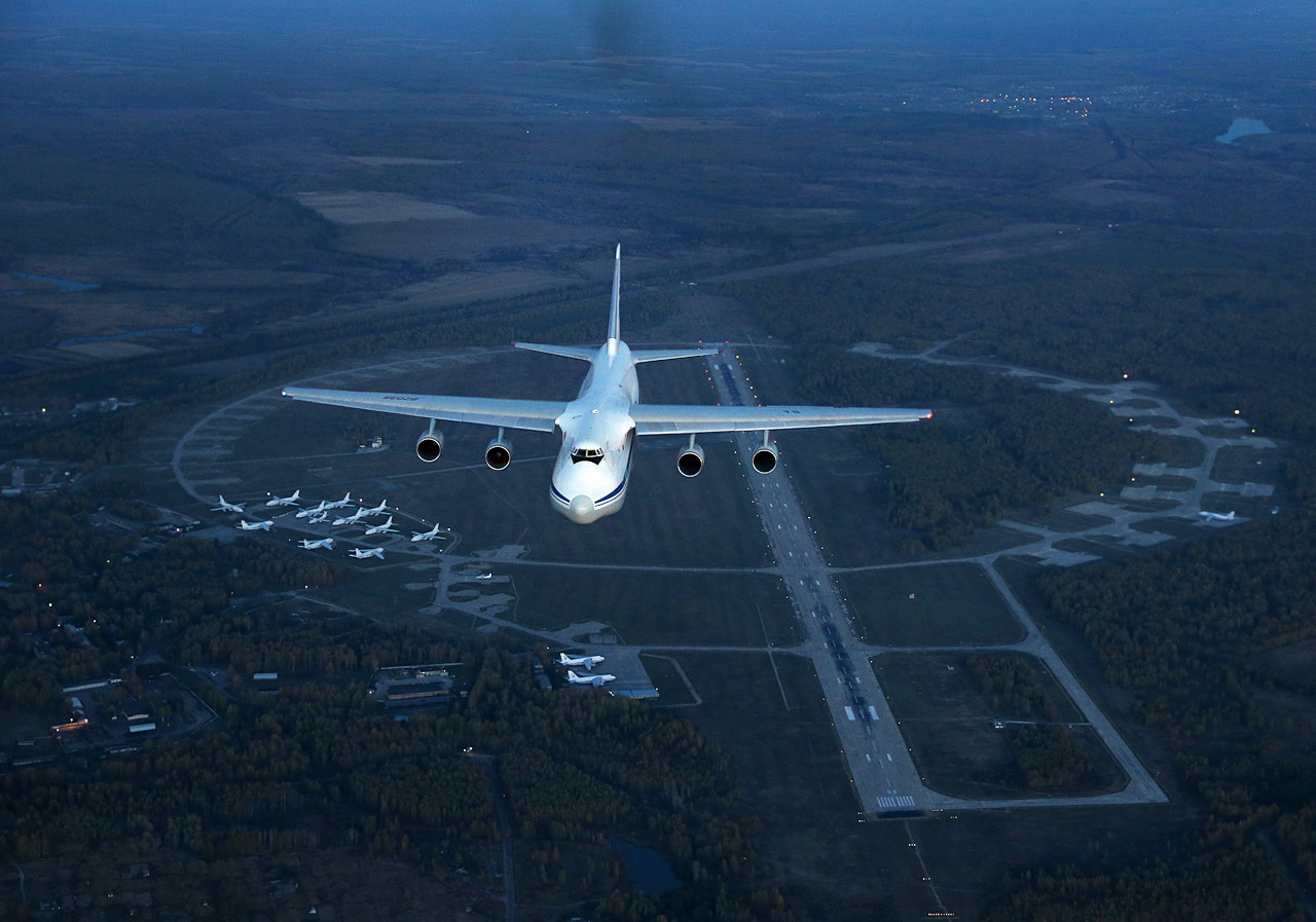 """L'Antonov An-124 """"Ruslan"""" è un quadrimotore turboventola ad ala alta, il più grande aereo militare al mondo da trasporto strategico"""