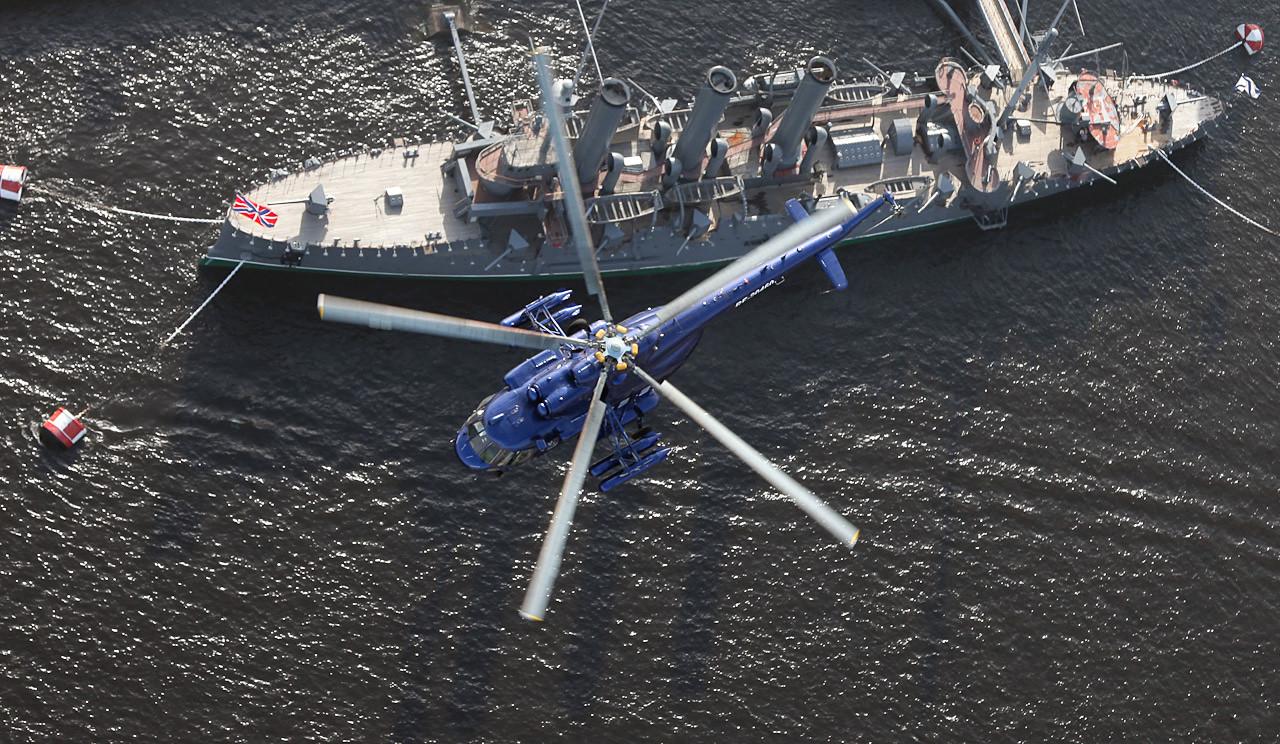 Il Mil Mi-8, elicottero multiruolo da trasporto e d'attacco biturbina con rotore a cinque pale, sopra l'incrociatore Aurora